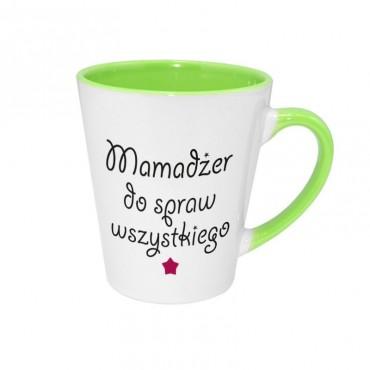 """Kubek latte z tekstem """"Mamadżer do spraw wszystkiego""""."""