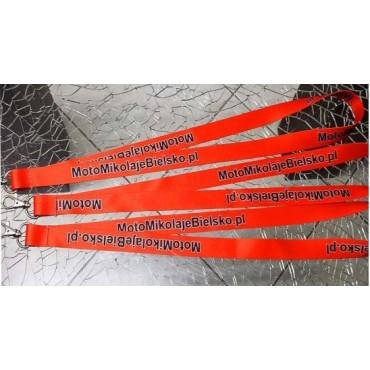 Smycz reklamowa z nadrukiem dwustronnym, szer. 2cm, zakończona karabińczykiem.