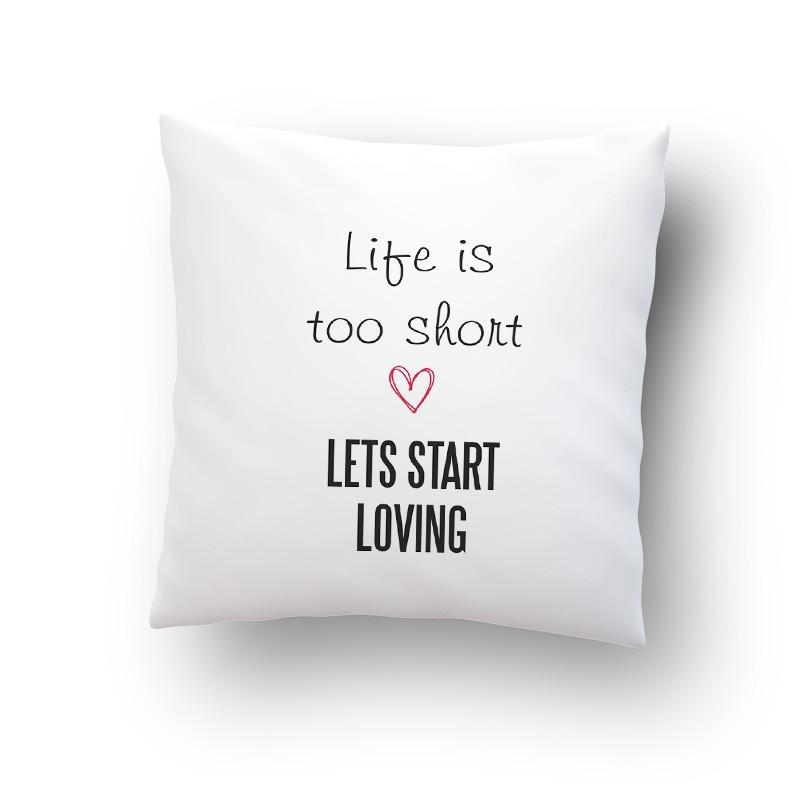 """Poduszka z mikrofibry z grafiką na Walentynki """"Life is too short""""."""